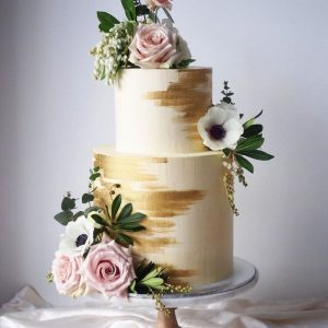 Stylish white and gold wedding cake