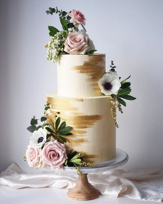 Stylish white and gold wedding cake