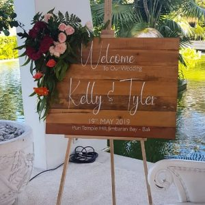 Wooden Pretty Welcome Sign